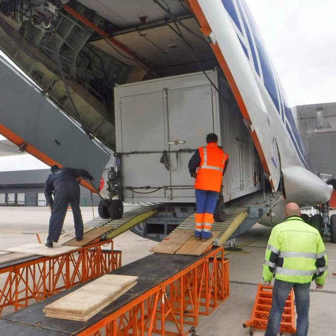Volga-Dnepr_Airlines_winglift_loading_03