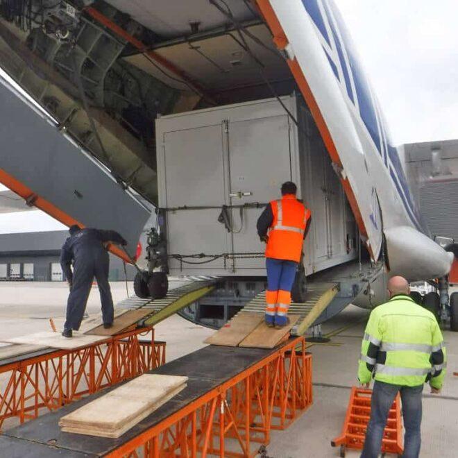 Volga-Dnepr_Airlines_winglift_loading_03